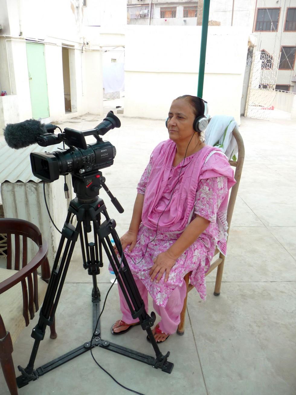 Bilquis Edhi mirando su entrevista